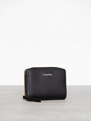 Calvin Klein Frame Medium Zip W/Flap Svart