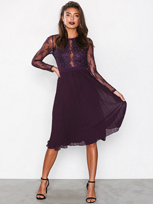 NLY Eve Lace Pleated Dress Plommon