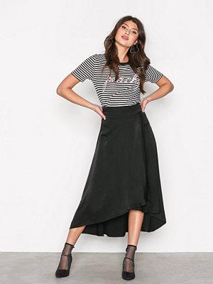 NLY Trend Flowy Wrap Skirt Svart