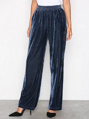 Neo Noir marinblå byxor Lina Solid Velvet Pants Blue