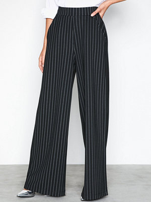 NLY Trend svarta randiga byxor Striped Wide Pants