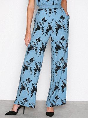 Samsøe & Samsøe himmelsblå byxor med tryck Nessie pants aop 6515 Blue