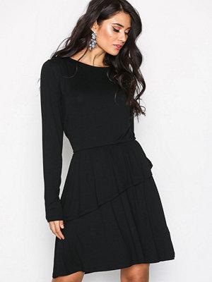 NLY Trend Power Frill Dress Svart