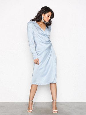 NLY Trend Drapy Glamour Dress Ljus Blå