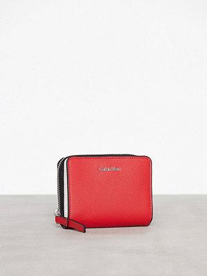 Calvin Klein Frame Medium Zip W/Flap Scarlett