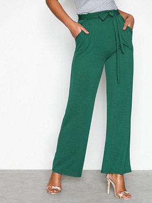 NLY Trend mörkgröna byxor Dressed Wide Pants Grön