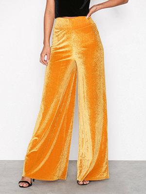 NLY Trend omönstrade byxor Wide Velvet Pants Gul