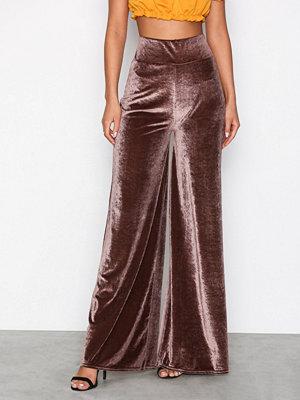NLY Trend omönstrade byxor Wide Velvet Pants Brun