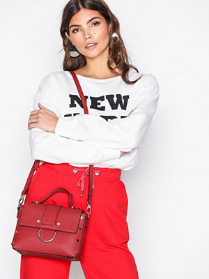 New Look mörkröd axelväska Metal Embellished Cross Body Bag Red