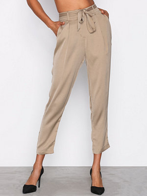 NLY Trend omönstrade byxor Fancy Tied Pants Champagne