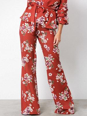 NLY Trend mörkröda byxor med tryck Flared Lounge Pants
