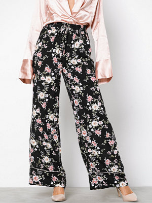 New Look svarta byxor med tryck Floral Print Wide Leg Trousers Black Print