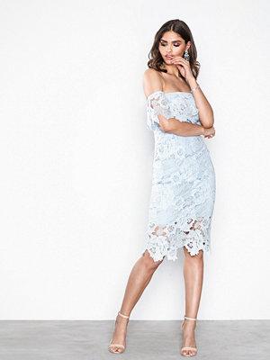 NLY One Off Shoulder Rose Dress Ljus Blå