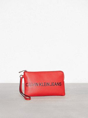 Calvin Klein röd kuvertväska med tryck Sculpted Mini Wristlet Scarlett