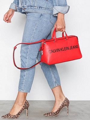 Calvin Klein röd axelväska med tryck Sculpted Barrel Sh Bag Scarlett