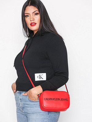 Calvin Klein röd axelväska med tryck Sculpted Camera Bag Scarlett