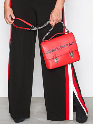 Calvin Klein Jeans röd axelväska med tryck Sculpted Flap 21