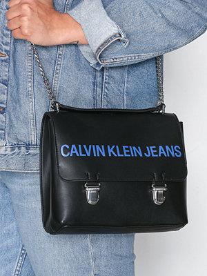 Calvin Klein axelväska Sculpted Flap 21 Svart