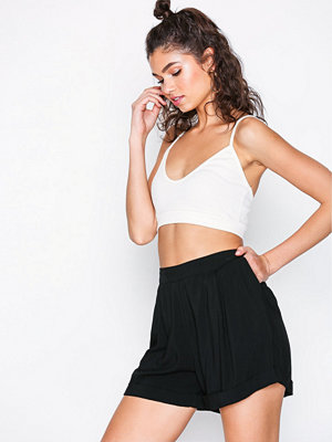 NLY Trend Casual Cuffed Shorts Svart