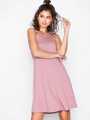 NLY Trend Flowy Strap Dress Dark Rose