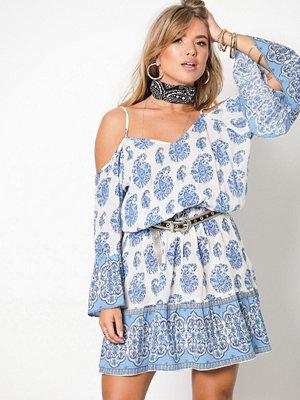 NLY Trend Boho Shoulder Dress Blå Mönstrad
