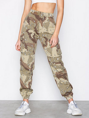 Missguided mönstrade byxor Spot Camo Cargo Trousers Stone