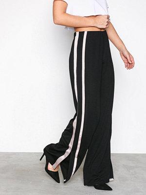 NLY Trend svarta byxor Stripe Crepe Pants Svart