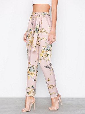 NLY Trend cremefärgade byxor med tryck Printed Tie Pants Flowers