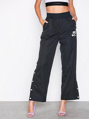 Nike svarta byxor NSW Snap Archive Pant Svart