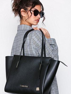 Calvin Klein Frame Large Shopper Svart axelväska
