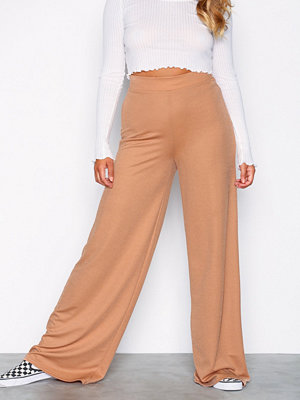 NLY Trend beige byxor Wide Crepe Trousers Brun
