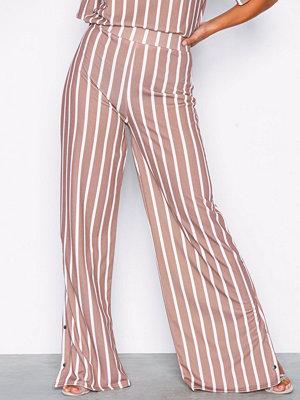 NLY Trend beige randiga byxor Stripe Crepe Pants Randig