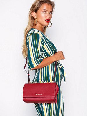 Calvin Klein mörkröd axelväska Frame Shoulder Bag Röd