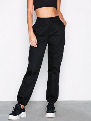 NLY Trend svarta byxor Cargo Pants Svart