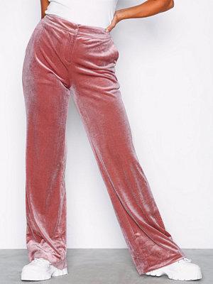 NLY Trend omönstrade byxor Straight Velvet Pants Rosa