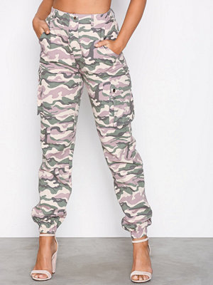 Missguided mönstrade byxor Premium Camo Trousers Blush