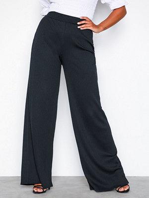NLY Trend svarta byxor Wide Rib Pants Svart