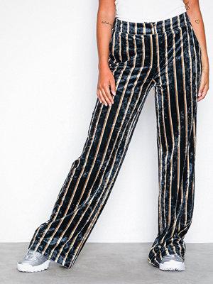 NLY Trend randiga byxor Straight Velvet Pants Randig