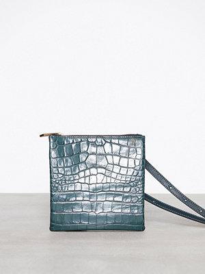 Filippa K mörkgrön axelväska Marly Utility Leather Bag Emerald