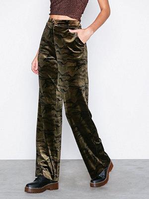 NLY Trend mönstrade byxor Straight Velvet Pants Camo