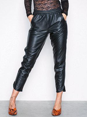 Vero Moda svarta byxor Vmamber Nw Leather Pant