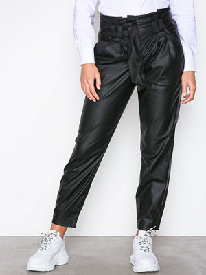 Only svarta byxor onlNADIA Faux Leather Paperbag Pant Svart