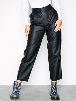 NLY Trend svarta byxor Straight PU Pants Svart