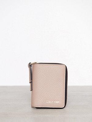 Plånböcker - Calvin Klein CK Base Small Wallet Beige