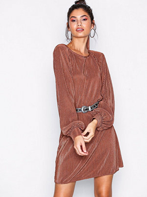 NLY Trend Belted Pleated Dress Rostbrun