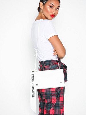 Calvin Klein Jeans vit axelväska Logo Banner Shoulder Flap Bag