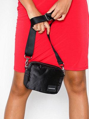 Calvin Klein Jeans Satin Camera Bag Svart axelväska