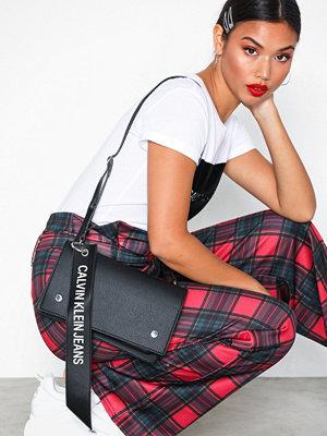 Calvin Klein svart axelväska Logo Banner Shoulder Flap Bag