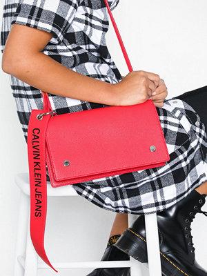 Calvin Klein Jeans rosa axelväska Logo Banner Shoulder Flap Bag