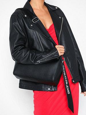 Calvin Klein Jeans Logo Banner Shoulder Bag Svart axelväska